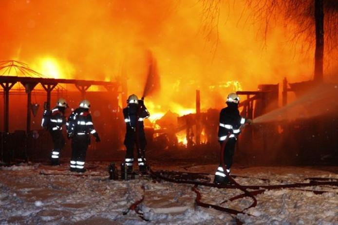 Op camping De Maashorst in Schaijk zijn twee caravans afgebrand. Foto Marco van den Broek