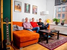 Zo bouwden drie vrienden een knalblauw huis om tot een 'gezellig bij elkaar geraapt zootje'