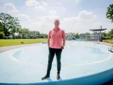 Lekker zwemmen in het buitenbad in Enschede, maar alleen voor kinderen