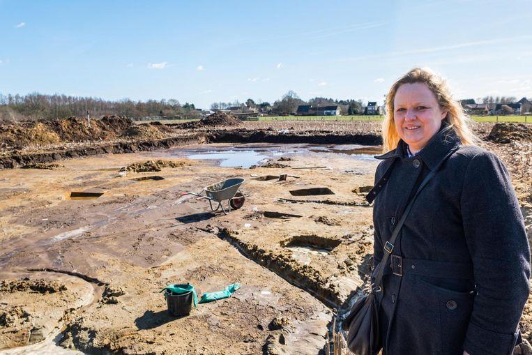 Nadine Van den Bergh aan de archeologische opgravingen op het immense terrein waarvan zij mede-eigenaar is.