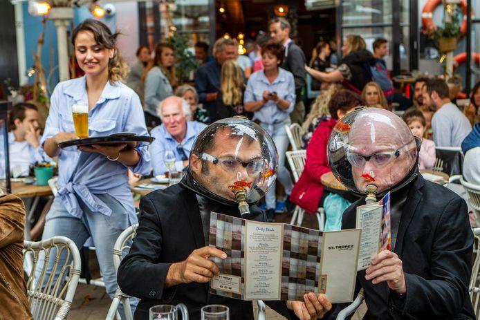 De absurdistische act Machtiern, vorig jaar op het volle terras van St. Tropez. De afgelasting van het evenement betekent een miljoenenstrop voor de stad Deventer. Bij betrokken ondernemers overheerst het begrip.