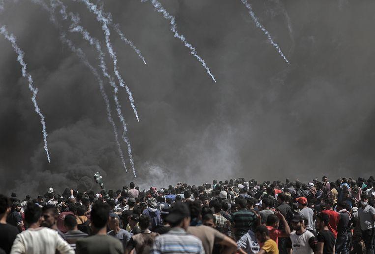 Het Israëlische leger vuurt traangasgranaten af op Palestijnse demonstranten. Beeld EPA