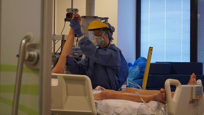 Op vraag van de overheid realiseert AZ Monica fase 1B van het schakelplan tegen 26 oktober 2020. Dit  betekent concreet dat 7 bedden op intensieve zorgen en 28 bedden op de reguliere hospitalisatie afdelingen worden vrijgehouden voor COVID+ patiënten.