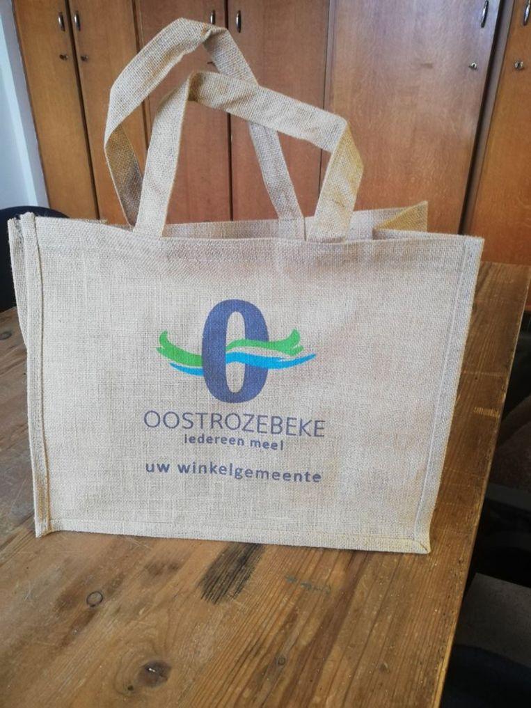 De ecologische winkeltas die de gemeente Oostrozebeke en Unizo uitdelen.