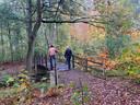 Foto tijdens excursie Peel Natuurdorpen in Oploo. Pierre Bos (met hoed) gaat zijn kleine gevolg voor over de brug.
