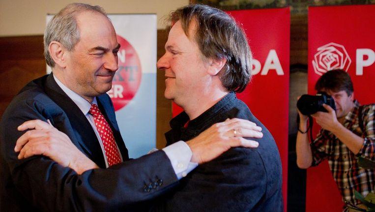 Job Cohen feliciteert Hans Spekman met zijn verkiezing tot voorzitter van de PvdA. Beeld null