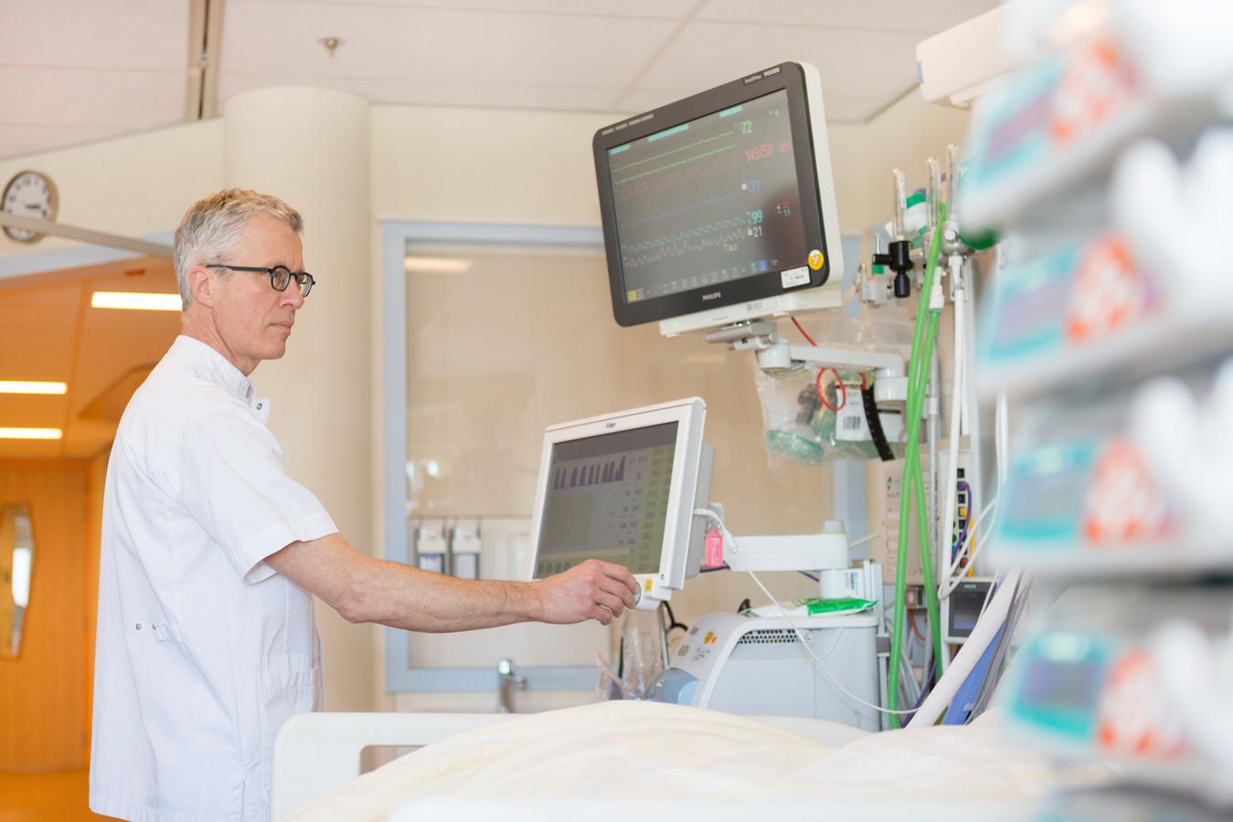 Hans ter Haar, IC verpleegkundige en beademingsspecialist in Isala, maakt zich zorgen over het aantal collega's dat hem kan helpen.