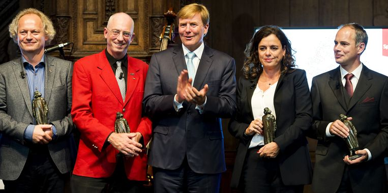 Koning Willem-Alexander met de winnaars van de Spinozapremie van vorig jaar. Beeld ANP