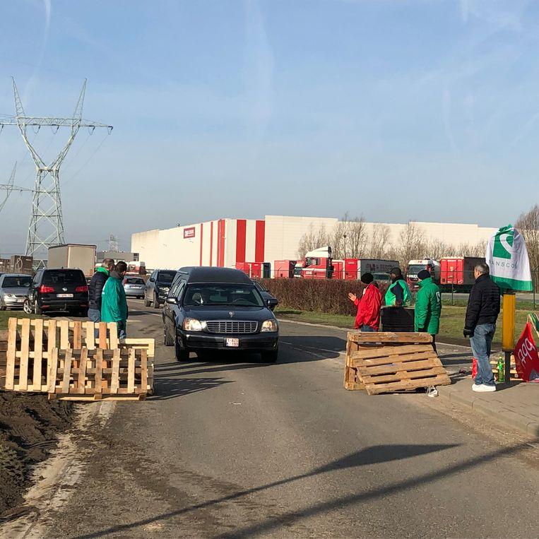 Lijkwagens die van en naar crematorium Daelhof rijden worden wel doorgelaten.