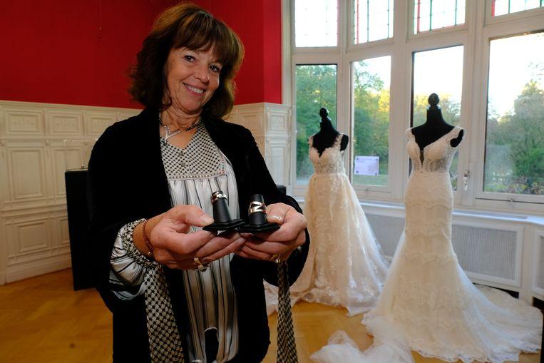 Zoersels ereburger Daniëlle Goffa stelt onder andere trouwringen tentoon in kasteel Hallehof (foto Dirk Laenen).