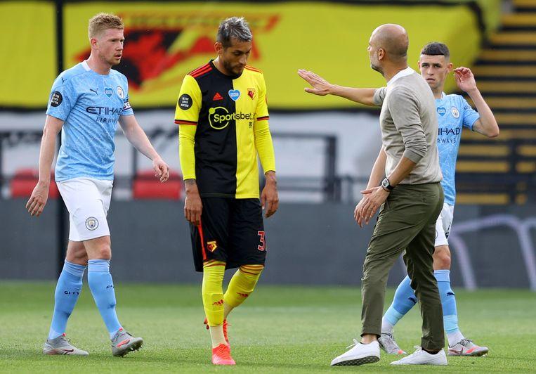Guardiola in conclaaf met De Bruyne.