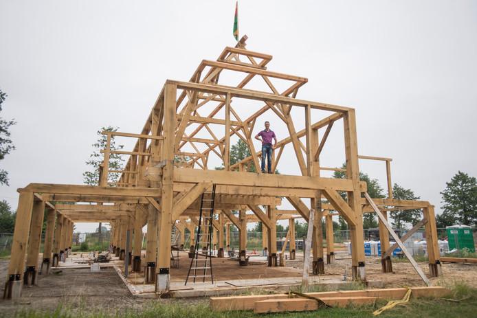 Guus Mulders beklimt het houten gebint van zijn nieuwe Reuselhoeve.