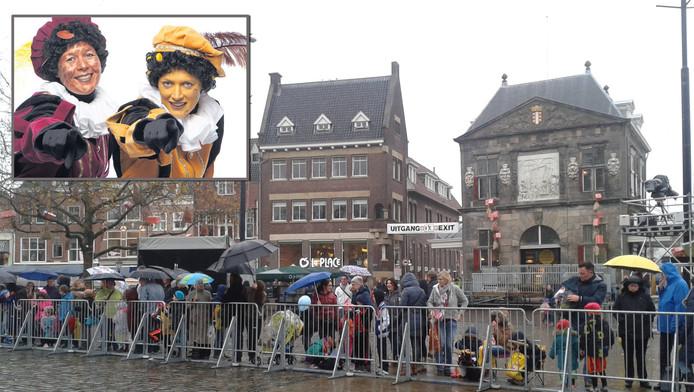 Mensen verzamelen zich in Gouda om de intocht van Sint zien. Daar zullen ook de stroopwafel- een kaaspiet, zie inzet, hun opwachting maken.