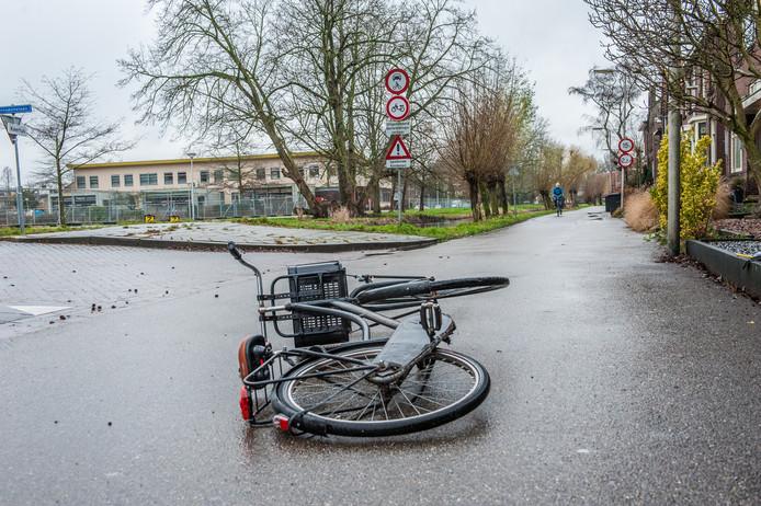 Reconstructie, de fiets op de foto is niet van het slachtoffer: Shannon (16) uit Gouda werd op de Voorwillenseweg door twee jongens van haar fiets geslagen.