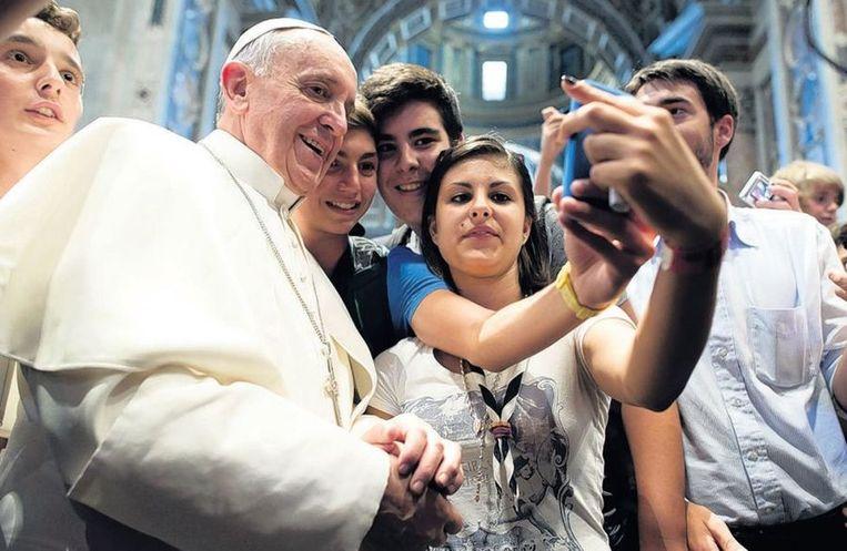 Italiaanse jongeren maken selfies met paus Franciscus. Beeld ap