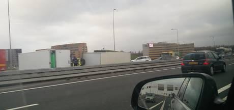 Een gekantelde vrachtwagen blokkeert de A12 bij Westervoort