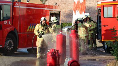 Karton vat vuur naast hele reeks gasflessen aan tankstation, snelle ingreep brandweer kan erger voorkomen