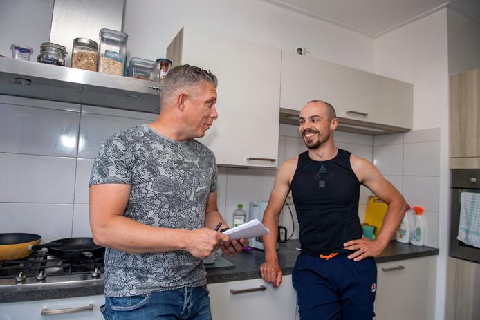 Gijs Esders (rechts) in zijn keuken met verslaggever Walter van Zoeren.