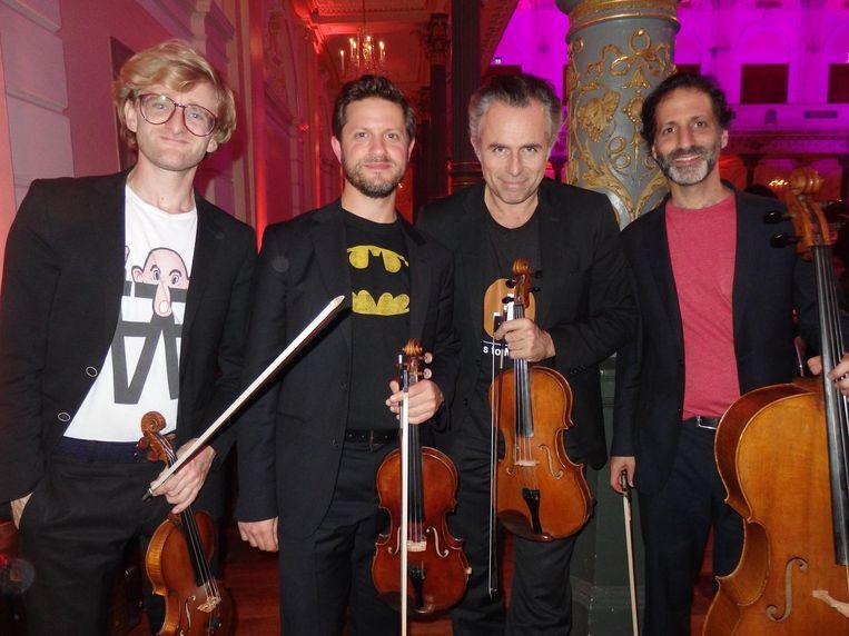 Voor de aanwezigen: dit was dat geluid op de achtergrond. Het Alma Quartet: Marc Daniel van Biemen, Benjamin Peled, Jeroen Woudstra en Nitzan Laster (vlnr) Beeld Schuim