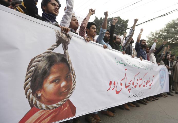 In Pakistan wordt gedemonstreerd tegen de vrijlating van de christelijke Asia Bibi.