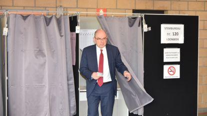 VIDEO. Koen Geens (CD&V) stemt in thuisbasis Loonbeek