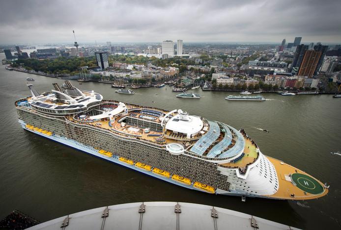 Het cruiseschip de Oasis of the Seas verlaat de haven van Rotterdam in 2014, om daarna nooit meer terug te keren voor reparaties.