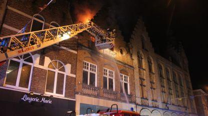 Uitslaande brand vernielt leegstaande appartementen in historische centrum van Ieper, ook waterschade bij skatewinkel