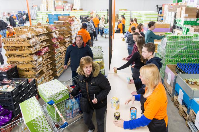 Het was weer druk bij de voedselbank met het ophalen van de kerstpakketten. Foto René Schotanus/Pix4Profs
