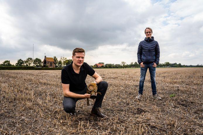 Schrijver en archeoloog Martijn Reinders toont een gasmasker dat is gevonden in Park Lingezegen. Erfgoedmakelaar Harry Pape-luijten kijkt toe op het terrein waar maandenlange strijd is geleverd.