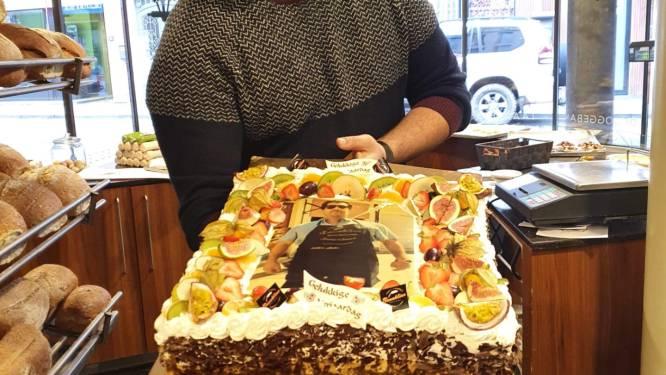 Feesten met familie en vrienden kan niet, dus trakteert jarige bakker Abdel alle klanten op verjaardagstaart