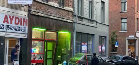 Wagen duwt tegenligger na frontale botsing nachtwinkel binnen: één slachtoffer in levensgevaar