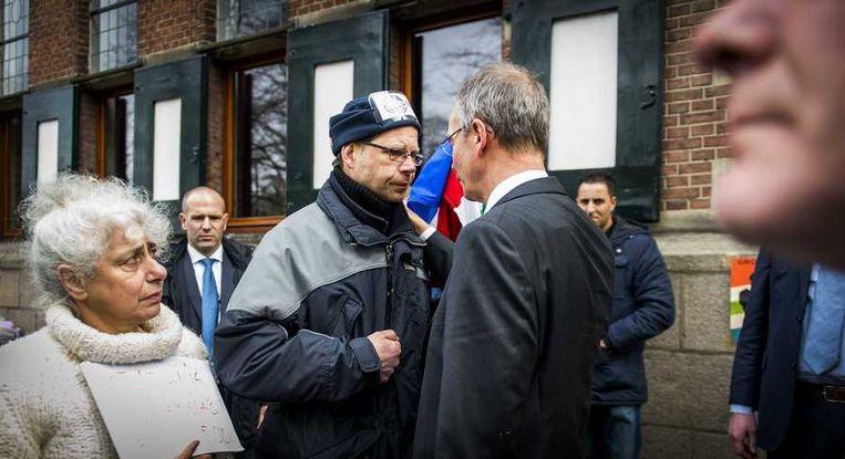 Minister Kamp vandaag in gesprek met een demonstrant in Groningen. Beeld anp