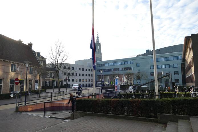 Ook de gemeente Amersfoort heeft de vlag halfstok gehangen na de tragische dag van gisteren waarop drie mensen zijn omgekomen en meerdere gewond zijn geraakt in Utrecht.