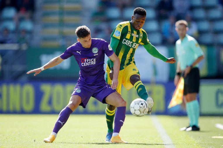 Ajdin Hrustic van FC Groningen in duel met ADO-speler Shaquille Pinas. Beeld BSR Agency