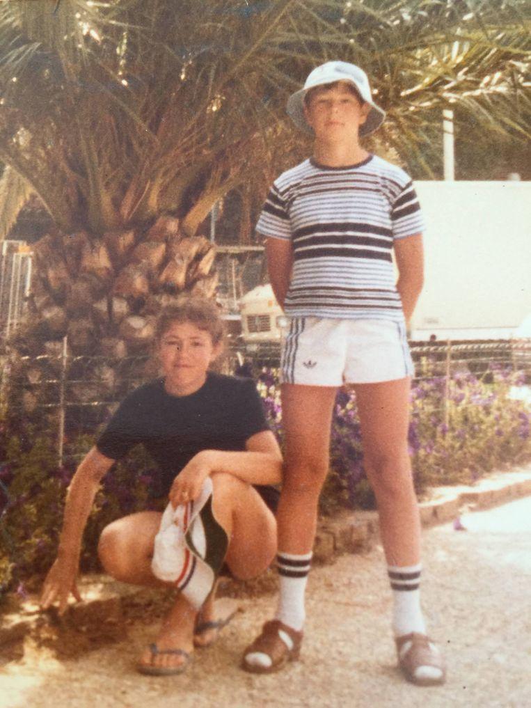 In typisch kort Anderlecht- broekje, naast zijn zus.