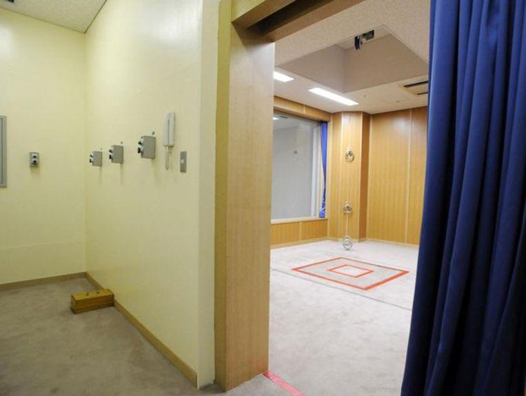 Een executiekamer in een gevangenis in Tokio. Rechts de katrol en het valluik (rode kader) die gebruikt worden bij een verhanging. Links de knoppen waarmee het systeem wordt bediend.