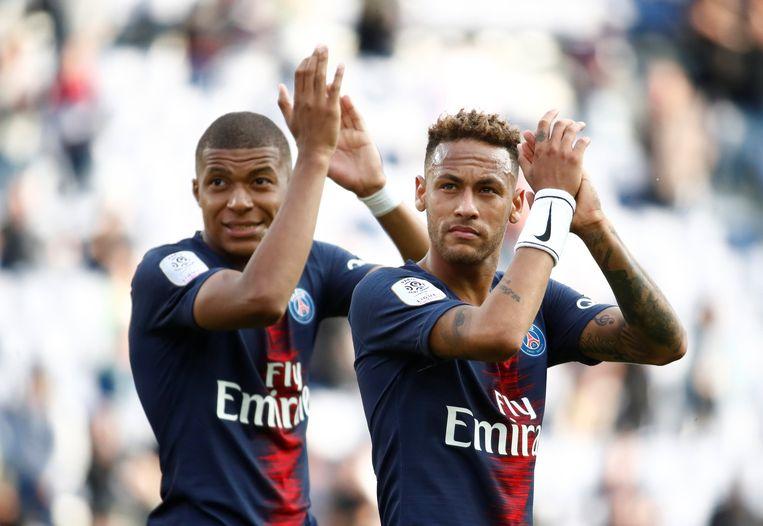 Neymar (rechts) en Mbappé groeten de PSG-fans. Een vetbetaalde bijverdienste bij de Parijse topclub.