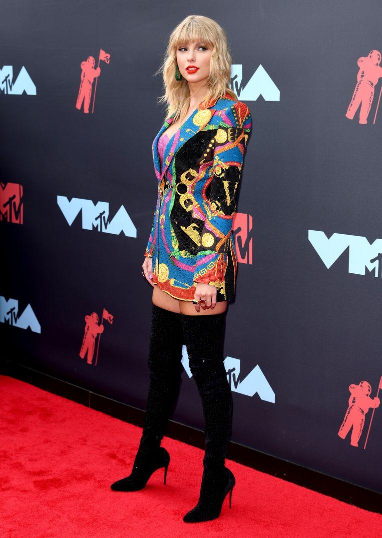 Vintage 80's vibes bij Taylor Swift, die enkele dagen na de release van haar nieuwe album 'Lover' de rode loper onveilig maakte in een veelkleurige kostuumvest van Versace.