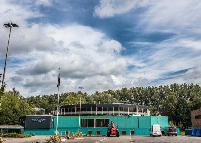Nieuw dak op zwembad de Drie-Essen in Beek en Donk