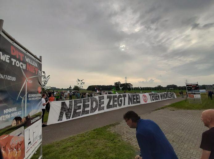 Demonstratie tegen windmolenplan Berkelland bij de Melktap in Geesteren. Met spandoek Neede Noord