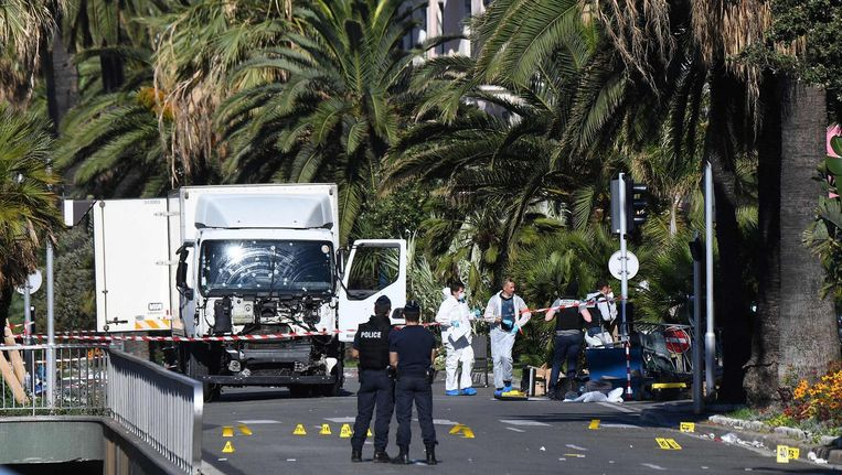 Politie-agenten zoeken bewijs op de Promenade des Anglais in Nice, waar de aanslag op 14 juli plaatsvond. Beeld anp