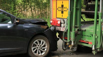 Bejaarde man lichtgewond bij botsing tegen geparkeerde vrachtwagen