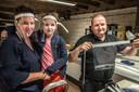 Geert Kuijpers van Kuijpers Tenten en is bezig met het maken van faceshields