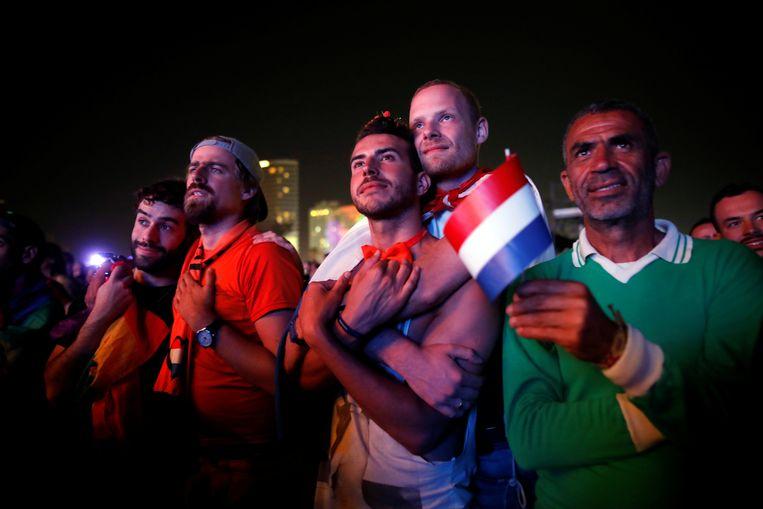 Fans bekijken het Eurovisie Songfestival op een groot scherm bij het strand in Tel Aviv, Israël, 19 mei 2019. Beeld Reuters