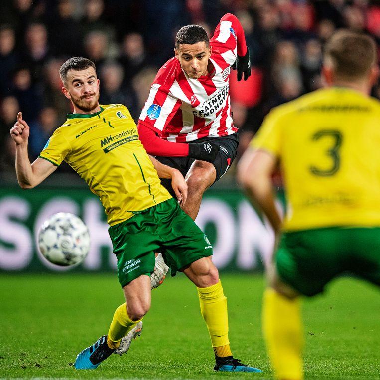 Mohamed Ihattaren pegelt op de goal van Fortuna, Jorrit Smeets kan slechts de bal nakijken. Beeld null