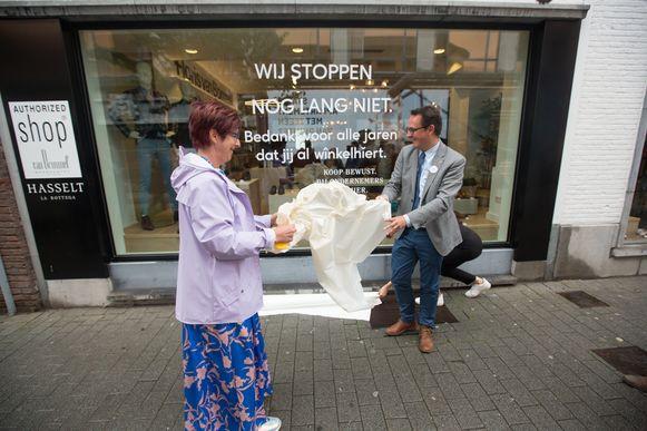 La Bottega in Hasselt kondigt de sluiting aan, maar gaat niet dicht, ze willen aanzetten tot lokaal kopen. Op de foto: Danny Van Assche, gedelegeerd bestuurder van Unizo, en Karine Valy van La Bottega