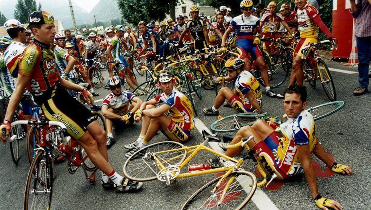 Het peloton staakt tijdens de twaalfde etappe van de Tour de France van 1998 uit protest tegen de dopingjacht van justitie en politie. Rechts Jeroen Blijlevens die later bekende doping te hebben gebruikt. Beeld Barton van Flymen