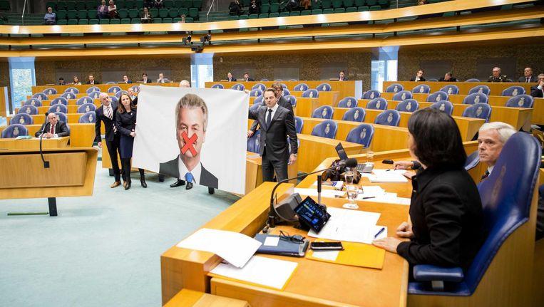 PVV-fractieleden met de poster van Geert Wilders in de vergaderzaal van de Tweede Kamer. Beeld epa
