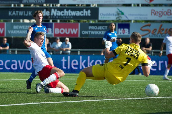 Nick van Staveren werkt de 3-0 achter ASWH-doelman Stefan Kok.
