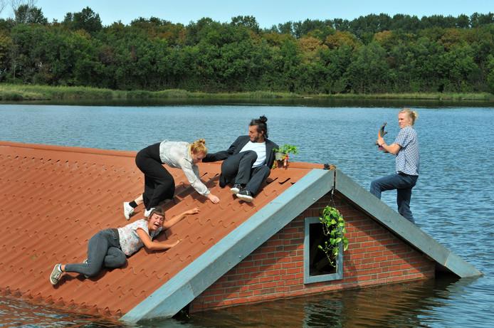 Dans op het dak in de voorstelling 'Hellend vlak' van Vloeistof.